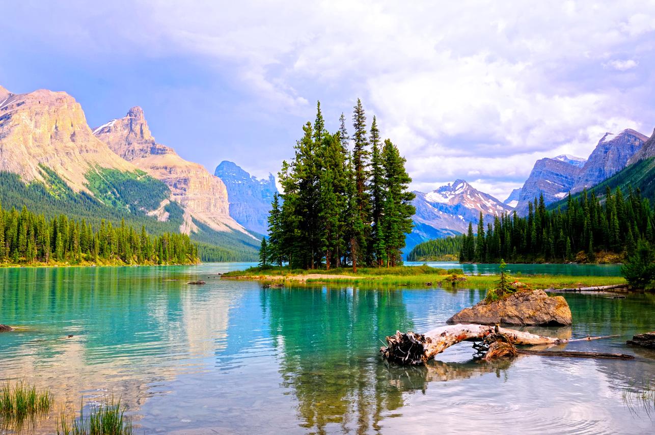 Alberta_Maligne-Lake_iStock_000009233368XLarge
