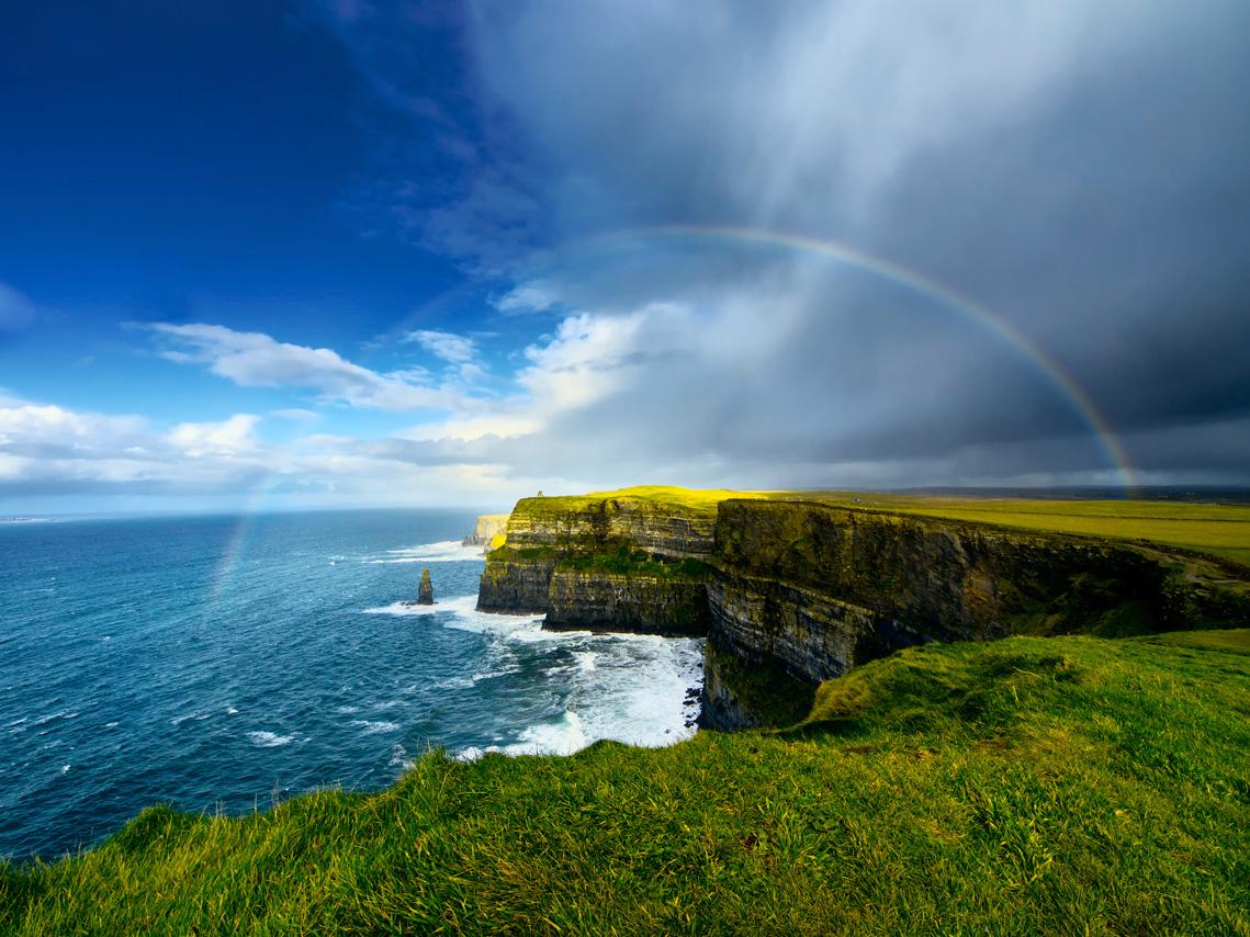 Ireland_CliffsOfMoher_GettyRF_158218343